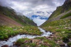 Corriente potente del río de la montaña que corre abajo del valle Foto de archivo libre de regalías