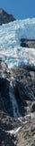 Corriente que corre abajo del acantilado debajo del glaciar Foto de archivo libre de regalías
