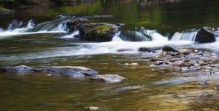 Corriente que corre sobre roca Fotografía de archivo libre de regalías