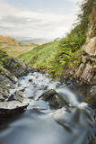 Corriente que fluye abajo del valle Foto de archivo libre de regalías