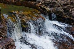 Corriente que fluye de la cascada Foto de archivo
