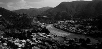 Corriente que serpentea a través de un valle Imagen de archivo