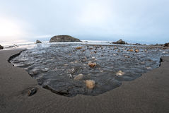 Corriente que talla lejos la playa imagen de archivo libre de regalías