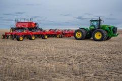 Corriente rápida, SK/Canada- 4 de mayo de 2019: Taladro del tractor y de aire que siembra el equipo en Saskatchewan, Canadá foto de archivo libre de regalías