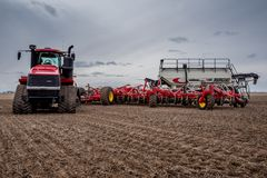 Corriente r?pida, SK/Canada- 4 de mayo de 2019: Taladro del tractor y de aire que siembra el equipo en Saskatchewan, Canad? foto de archivo