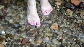 Corriente roja del arroyo de la corriente del parque del soporte de la muchacha de la mujer del clavo del pie almacen de video