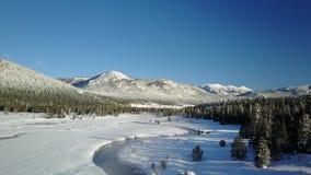 Corriente tórrida de la montaña en el invierno 5 metrajes