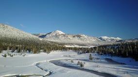 Corriente tórrida de la montaña en el invierno 4 metrajes