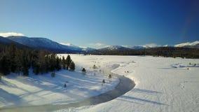 Corriente tórrida de la montaña en el invierno 1 almacen de video