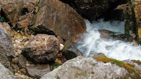 Corriente tempestuosa de un río de la montaña El agua potable se alza y hace espuma Una corriente tempestuosa del punto con un pr metrajes