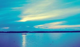 Corriente tranquila azul del río con la nave del motor Fotografía de archivo