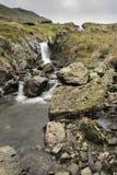 Corriente y cascada del borde de la carretera Fotos de archivo libres de regalías