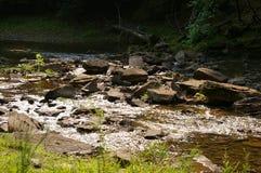 Corriente y rocas Foto de archivo