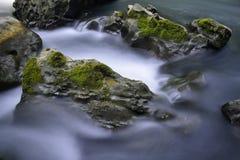Corriente y rocas Fotos de archivo