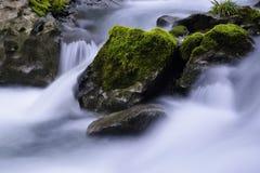 Corriente y rocas Fotografía de archivo
