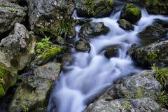 Corriente y rocas Imagen de archivo