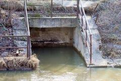 Corrientes abajo de una corriente subterráneo Fotos de archivo libres de regalías