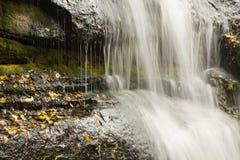 Corrientes de la cascada del agua fotografía de archivo