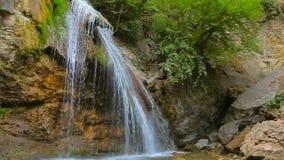 Corrientes de la cascada hermosa Dzhur Dzhur en el movimiento almacen de video