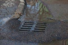 Corrientes de la lluvia abajo de la cubierta de la portilla en un día soleado del otoño Foto de archivo