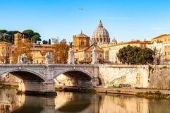 Corrientes del río de Tíber, puente de Ponte Vittorio Emanuele II, gaviotas que vuelan y opinión del paisaje urbano de Roma con l foto de archivo