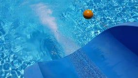 Corrientes en la piscina con una diapositiva metrajes