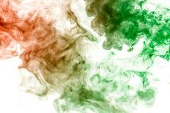 Corrientes finas del humo gris teñidas en verde y anaranjado en un fondo blanco como la acuarela que disuelve en agua stock de ilustración