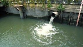 Corrientes inútiles del tubo en un canal del dren metrajes