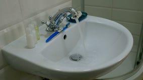 Corrientes limpias del golpecito cromado del metal Agua corriente Representación de despilfarro del agua almacen de video