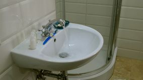 Corrientes limpias del golpecito cromado del metal Agua corriente Representación de despilfarro del agua almacen de metraje de vídeo