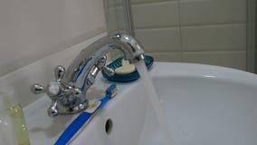 Corrientes limpias del golpecito cromado del metal Agua corriente Representación de despilfarro del agua metrajes