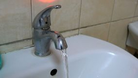 Corrientes limpias del golpecito sucio almacen de video