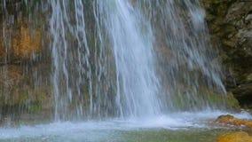 Corrientes rápidas de la cascada Dzhur Dzhur que baja en el lago almacen de metraje de vídeo