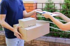 Corriere Brings Order dell'uomo al cliente, alla penna di elasticità ed alla carta ai Sig Immagine Stock