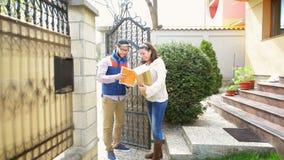 Corriere che trasporta un pacchetto