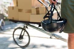 Corriere della bici che effettua una consegna fotografie stock libere da diritti
