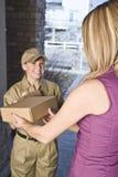 Corriere di consegna che trasporta pacchetto Immagini Stock Libere da Diritti