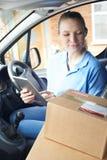 Corriere femminile In Van Delivering Package To House Fotografia Stock Libera da Diritti