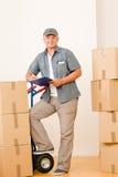 Corriere maschio maturo del messaggero che trasporta i pacchetti Fotografie Stock Libere da Diritti