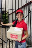 Corriere o mailman di consegna che trasporta pacchetto Immagini Stock Libere da Diritti