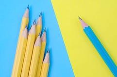On corrigent et groupe de crayons jaunes Concept de différence Images libres de droits