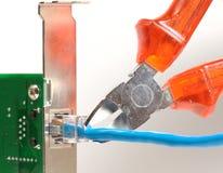 Corrigez le câble dans la carte de surface adjacente, avec des pinces Photographie stock