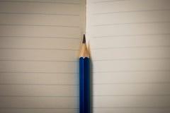 Corrigez sur le carnet ouvert de livre blanc Photo libre de droits