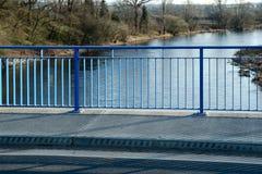 Corrimão azul na ponte nova Imagem de Stock Royalty Free