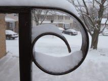 Corrimão coberto de neve no dia nublado foto de stock royalty free