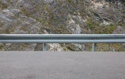 Corrimão na estrada da montanha foto de stock royalty free