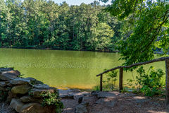 Corrimão a pond Imagem de Stock Royalty Free
