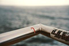Corrimão que negligencia no mar fotografia de stock
