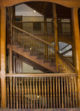Corrimões no vão das escadas velho Foto de Stock