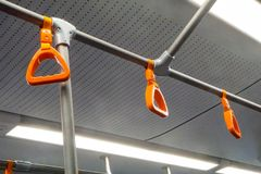 Corrimani arancio nella metropolitana del bus fotografie stock